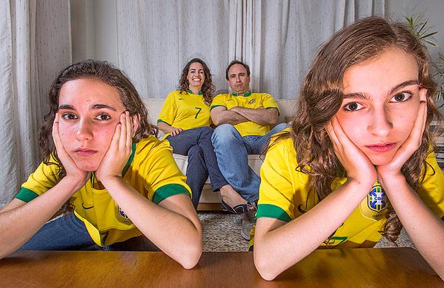 Ingrid e o marido Alexandre com as filhas Gabriela (esq.) e Laura, na casa da família em São Paulo