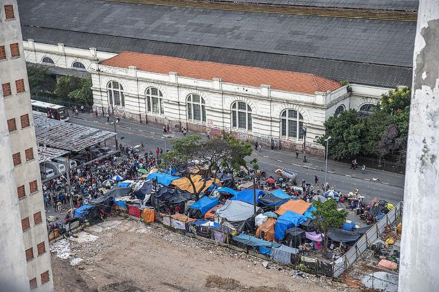 Favelinha da cracolândia, que cresceu, dobrou a esquina e se espalhou pela rua Helvétia, na Luz (centro de São Paulo); polícia achou heroína na região