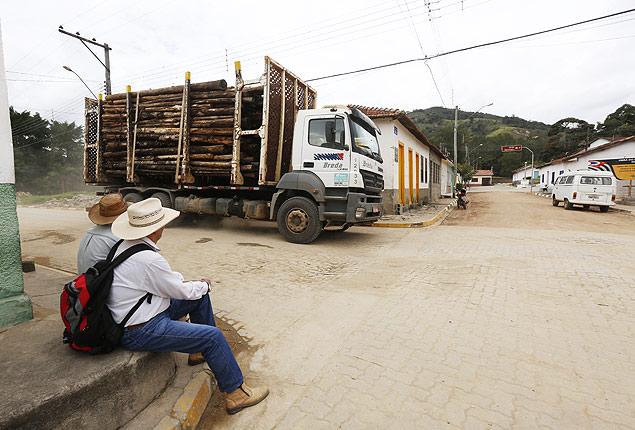 Moradores observam movimento de caminhões pelas ruas de São Pedro de Catuçaba, em São Luiz do Paraitinga (SP)