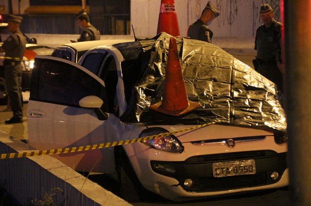 SÃO PAULO,SP,12.02.2017:MULHER-MORTA-TIRO-CABEÇA-PERSEGUIÇÃO-POLICIAL - Uma mulher foi morta com um tiro na cabeça no Viaduto Itinguçú, na Zona Leste de São Paulo (SP), na madrugada deste domingo (12). A vítima estava no banco de passageiro de um veículo com a filha. A polícia apura se um PM à paisana teria sido o autor do crime. O motorista do veículo foi perseguido pelo policial após atropelar, sem gravidade, uma pessoa que estava em um posto de gasolina da região. (Foto: Edison Temoteo/Futura Press/Folhapress) *** PARCEIRO FOLHAPRESS - FOTO COM CUSTO EXTRA E CRÉDITOS OBRIGATÓRIOS ***