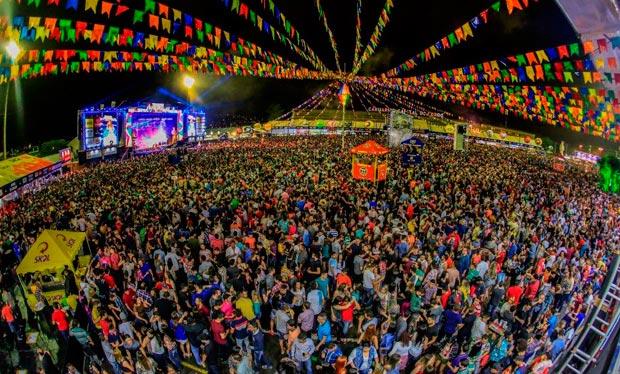 Multidão participa da tradicional festa junina em Caruaru; Estado impõe horário para eventos