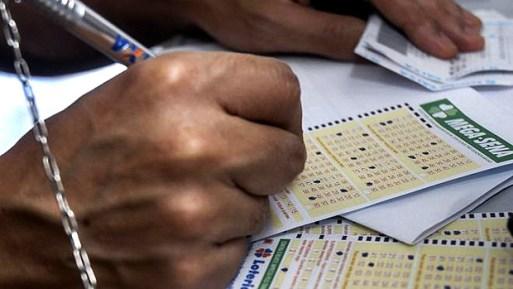 Apostador marca números no bilhete da Mega da Virada