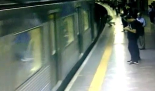 Câmera flagra momento em que mulher é empurrada nos trilhos do metrô na estação Conceição, em São Paulo