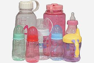 Mamadeiras e copos para crianças feitos de plástico