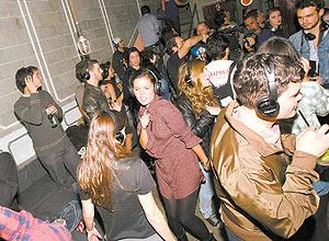 Festa silenciosa no bar Sonique, em que se ouve música em fones de ouvido