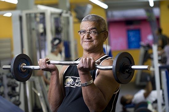 O eletricista Francisco das Xagas Silva, 66, se exercita em Belo Horizonte