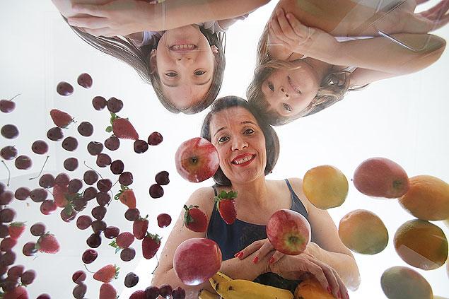 Valinhos SP 12 01 2015 Camila Signorini, 35, e suas filhas, Rafaela e Gabriela, para matéria sobre sucos industrializados. Há um ano, Camila começou a pesquisar mais sobre sucos de caixinha e ao descobrir o quanto de açúcar tem na bebida ela decidiu tirar da alimentação das filhas. As meninas entenderam e hoje levam a fruta inteira ou suco natural para a escola EQUILIBRIO Jorge Araujo Folhapress 703 ORG XMIT: XX