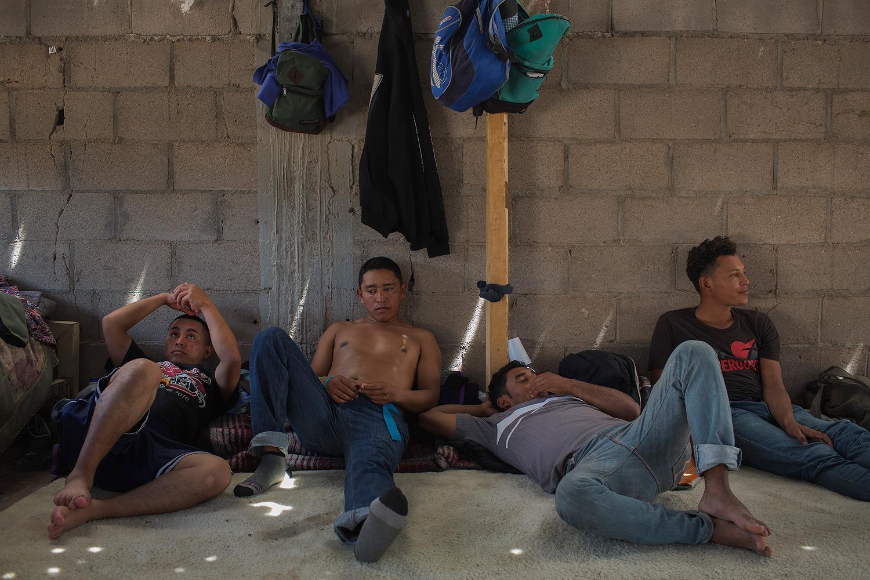 Imigrantes descansam e lavam roupa em abrigo em Caborca, no México, na rota para atravessar a fronteira com os EUA