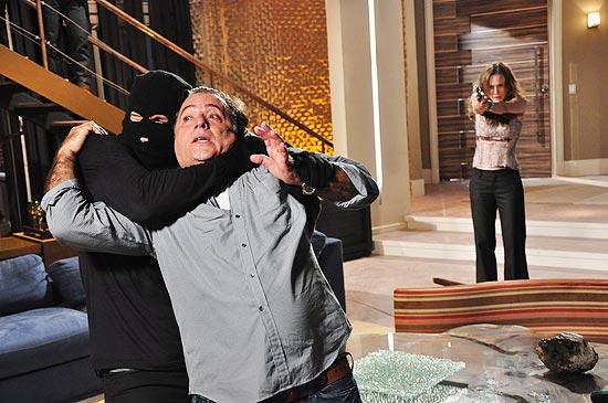"""Clara (Mariana Ximenes; ao fundo) e Totó (Tony Ramos) na cena de assalto forjado por ela em """"Passione"""""""