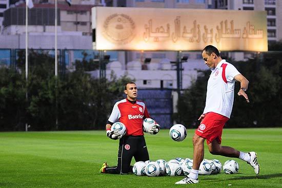 Clemer chuta a bola observado por Renan, em treino em Abu Dhabi, nos Emirados Árabes