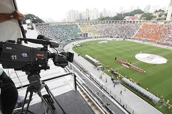 Cinegrafista trabalha na transmissão de um jogo do Campeonato Paulista-2011, no Pacaembu