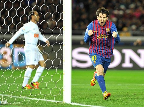 Messi comemora primeiro gol do Barcelona contra o Santos, no Japão