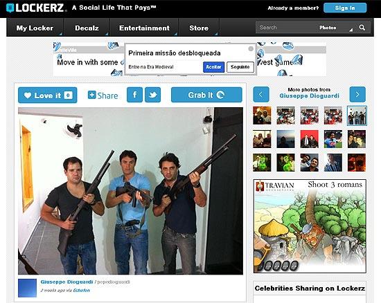 Página de internet com Kleber e seu empresário(à dir.) empunhando armas