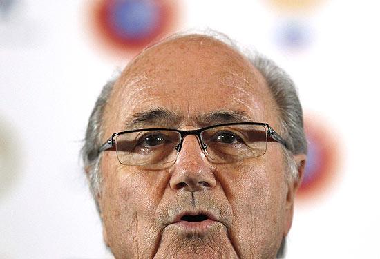 O presidente da Fifa, Joseph Blatter, dá entrevista em um hotel em St. Petersburg, na Rússia