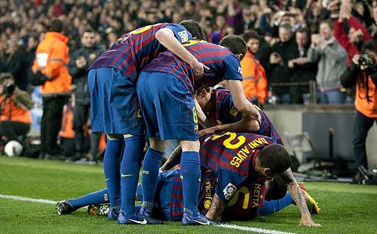 Jogadores do Barcelona comemoram gol marcado por Keita
