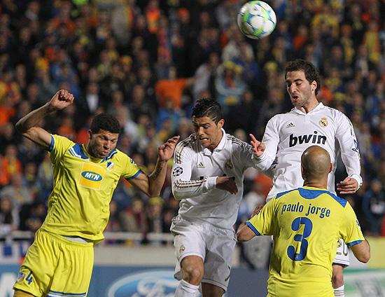 Cristiano Ronaldo e Higuain (de branco) disputam jogada contra rivais do Apoel