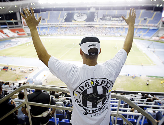 """Integrante da torcida """"Fogospel"""", do Botafogo, formada por evangélicos, duranta a partida no Engenhão"""