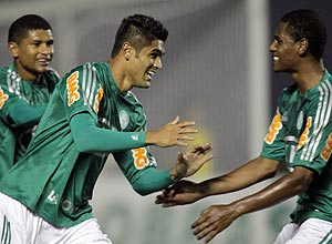 Luan comemora o gol para o Palmeiras, o 1º da partida