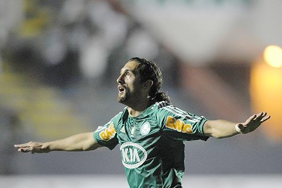 Barcos comemora seu segundo gol na noite, em Barueri