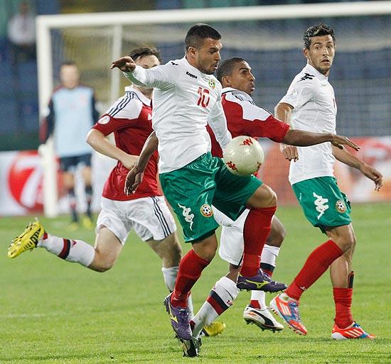 O dinamarquês Patrick Mtiliga tenta tirar a bola do búlgaro Valeri Bozinov (10)