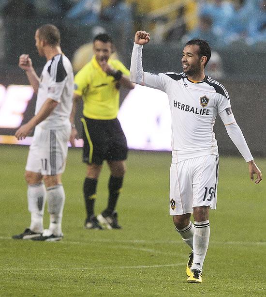 O meia Juninho comemora gol pelo Los Angeles Galaxy no Campeonato Americano