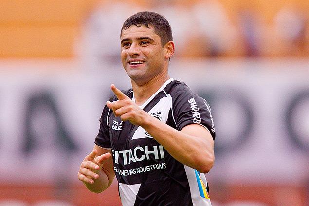 O atacante William, da líder Ponte Preta, comemora gol ante o Corinthians