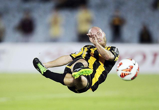Marcel Novick, do Peñarol, voleia durante jogo contra o Deportes Iquique, pela Libertadores