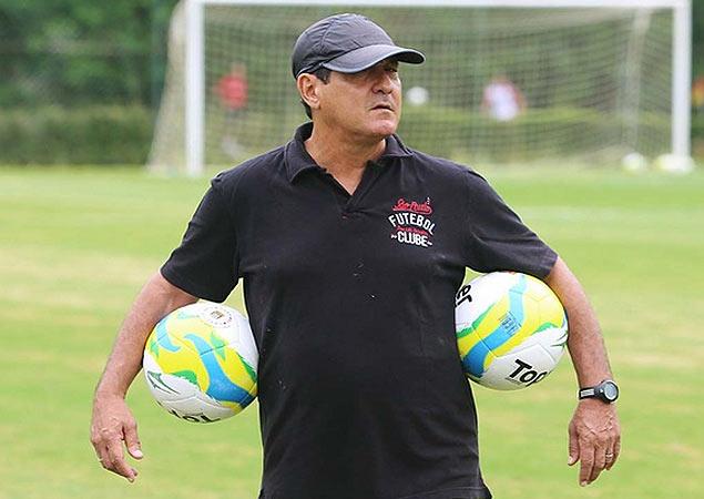 O técnico Muricy Ramalho durante um treino do São Paulo