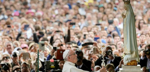 Pope Francis offers a golden rose to Our Lady of Fatima at the Chapel of the Apparitions at the Shrine of Our Lady of Fatima in Portugal May 12, 2017. REUTERS/Jose Sena Goulao/Pool ORG XMIT: MXR90