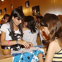 Alunas do Senac comandam workshop de customização em camisetas na SPFW