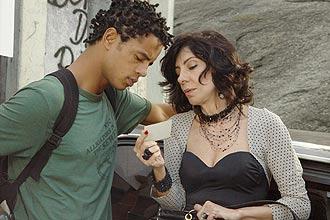 Wagner (Jonathan Haagensen) quer tentar a vida no exterior, experiência já vivida por Justina (Marília Pêra); veja galeria de fotos