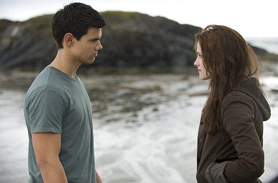 """Os atores Taylor Lautner e Kristen Stewart em cena de """"Lua Nova""""; filme bateu recorde de bilheteria em estreia nos EUA"""