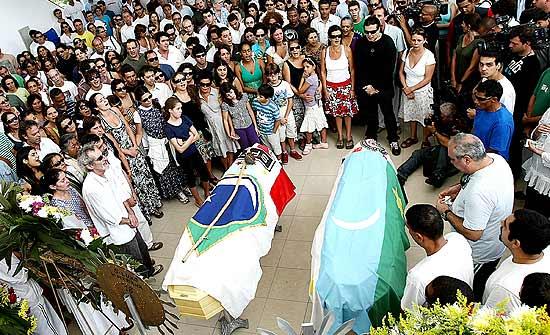 Familiares e amigos se despedem do cartunista Glauco e de seu filho Raoni no cemitério Gethsêmani Anhanguera