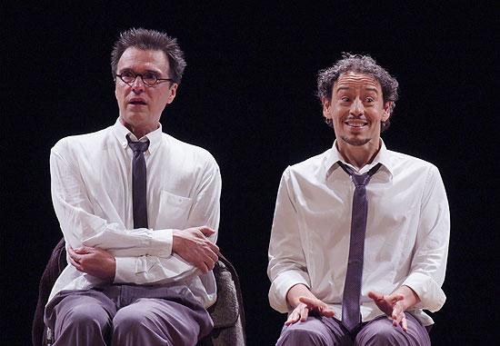 """Fernando Eiras e Emílio de Mello (à dir.) em cena de """"In on It"""", peça ganhou dois prêmios ontem à noite"""