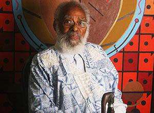 O defensor das causas negras e ex-senador Abdias do Nascimento, faleceu nesta terça-feira, aos 97 anos