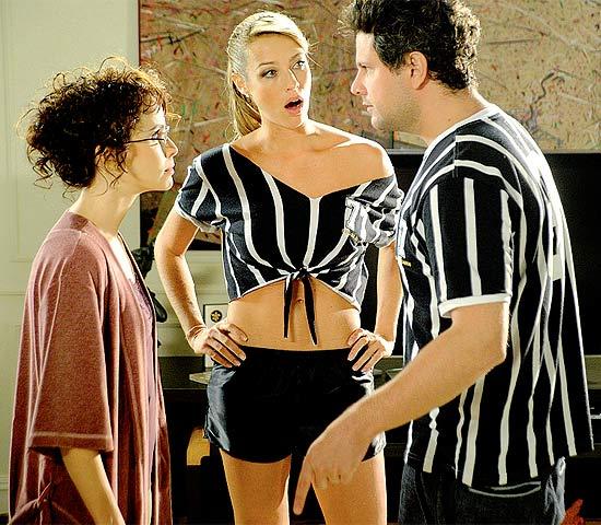 """Débora Falabella, Luana Piovani e Selton Mello em cena do primeiro episódio do seriado """"A Mulher Invisível"""""""