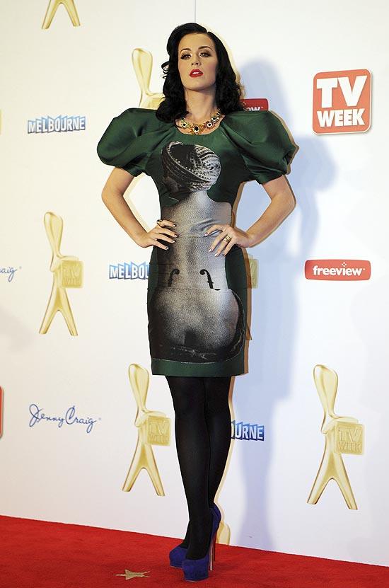 A cantora Katy Perry teve que cancelar duas datas de shows após ter uma intoxicação alimentar