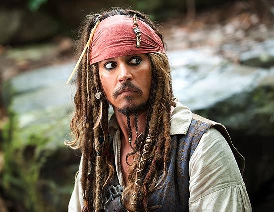 """O ator Johnny Depp caracterizado como o capitão Jack Sparrow em cena de """"Piratas do Caribe 4 - Navegando em Águas Misteriosas"""""""