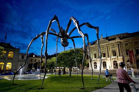 "A famosa escultura ""Maman"", a gigantesca aranha de bronze produzida pela artista franco-americana Louise Bourgeois (1911-2010)"