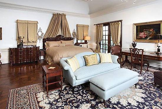 Um dos quartos da casa onde Michael Jackson morreu, em Los Angeles; móveis serão leiloados
