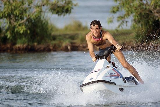 """O piloto Ayrton Senna anda de jet-ski durante férias em seu sítio na cidade de Tatuí, em imagem que faz parte do documentário """"Senna"""""""