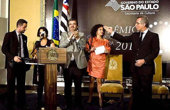 Marco Dutra e Juliana Rojas (à esq.) recebem prêmio do secretário Andrea Matarazzo (à dir1}