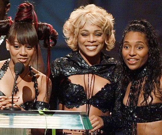 """Left Eye, T-Boz e Chili recebem um prêmio no MTV Video Music Awards pelo clipe """"No Scrubs"""", em 1999"""