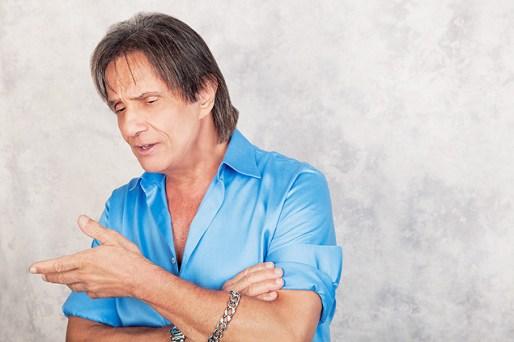 O cantor Roberto Carlos em ensaio de capa da revista Contigo, edição comemorativa de 50 anos