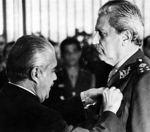 ORG XMIT: 461801_0.tif O presidente José Sarney (à esq.) condecora Leonidas Pires Gonçalves, seu ministro do Exército, no Palácio do Planalto, em Brasília (DF). (Brasília (DF), 02.05.1989. Foto: Roberto Jayme/Folhapress)