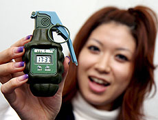 Despertador no formato de uma granada de mão pede para ser jogado na parede
