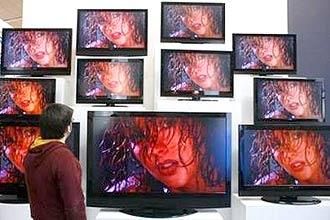 Homem olha telas nas instalações da Cebit 2008; maior feira de tecnologia do mundo começa nesta terça-feira