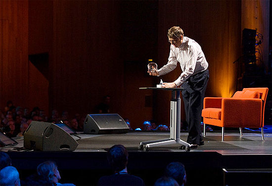 Bill Gates abre pote com mosquitos durante evento nos EUA, para alertar sobre combate à malária