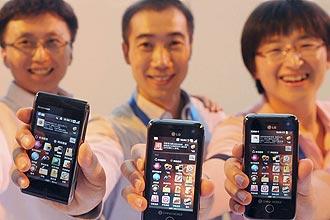 Empregados da China Mobile mostram o OPhone, com o qual operadora e fabricante Lenovo querem conquistar 50% do mercado
