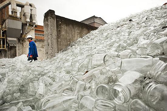 Vidros reciclados que serão moídos para serem misturados a outros componentes, e tornar a ser vidro novamente